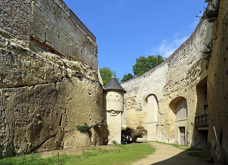 Les douves sèches du chateau de Brézé et leurs différents aménagements : salle de pressoirs, celliers, four à pain...