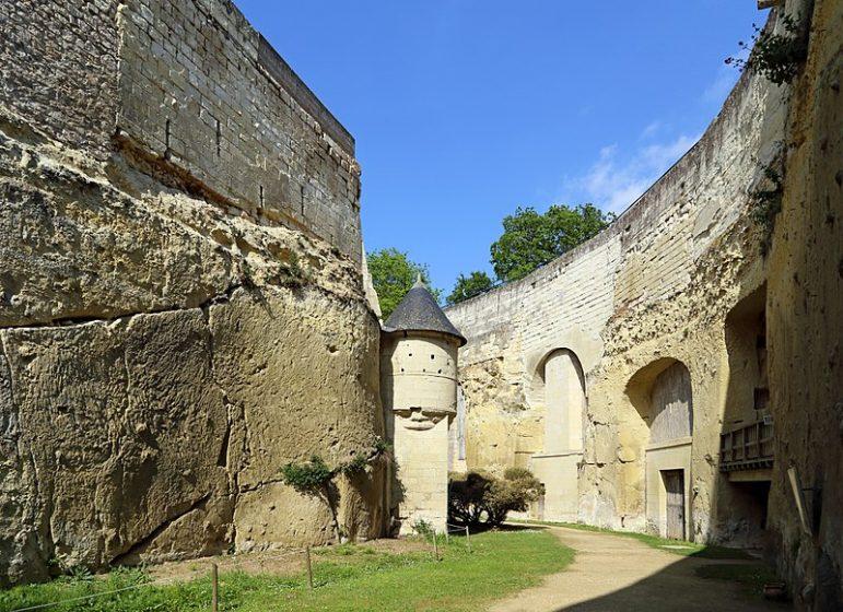 Découvrez les douves sèches du château de Brézé et leurs différents aménagements : salle de pressoirs, celliers, four à pain...