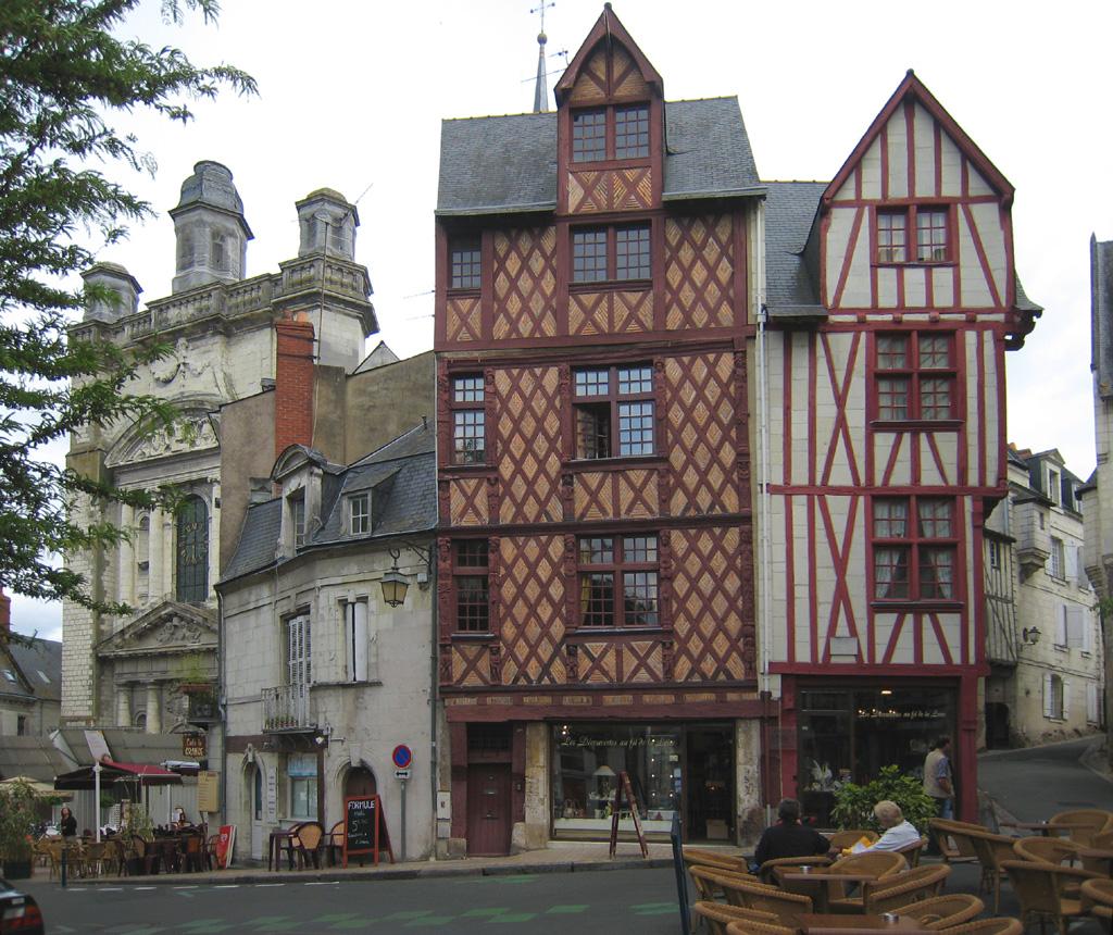 De nos jours, Maisons à colombage place Saint Pierre au départ de la montée du fort vers le château de Saumur.