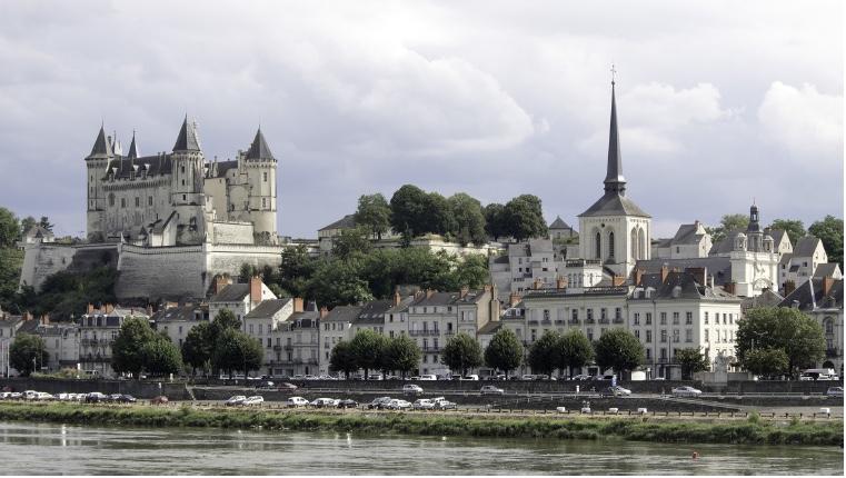 Aperçu du château de Saumur et du quartier de l'église Saint Pierre depuis la rive droite du fleuve royal, la Loire.